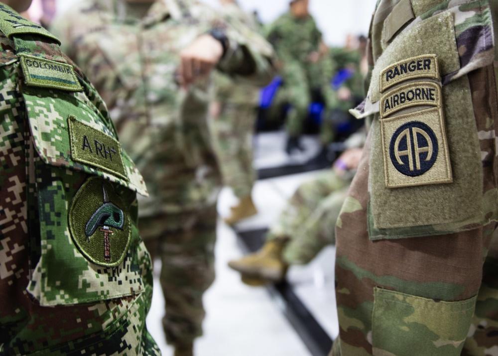 La División Aerotransportada N.º 82 del Ejército de los Estados Unidos, junto con paracaidistas del Batallón de Fuerzas Especiales N.º 2 del Ejército de Colombia, asisten a una reunión informativa el 24 de enero de 2020, en Tolemaida, Colombia. Los paracaidistas de los EE. UU. y Colombia trabajan juntos en el ejercicio Fuerza Dinámica, en apoyo al Comando Sur de los EE. UU. (Foto: Sargento Maestre del Ejército  de los EE. UU. Alexander Burnett, División Aerotransportada N.º 82)
