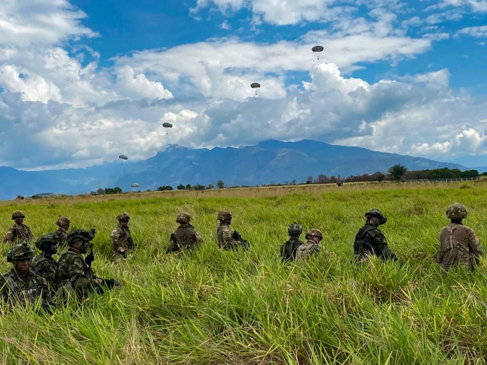 Paraquedistas dos EUA designados para a 82ª Divisão Aerotransportada fazem a segurança de uma zona de lançamento com seus homólogos colombianos do 2º Batalhão das Forças Especiais, durante uma operação aerotransportada em Tolemaida, na Colômbia, no dia 26 de janeiro de 2020. (Foto: Subtenente do Exército dos EUA Alexander Burnett, da 82ª Divisão Aerotransportada)