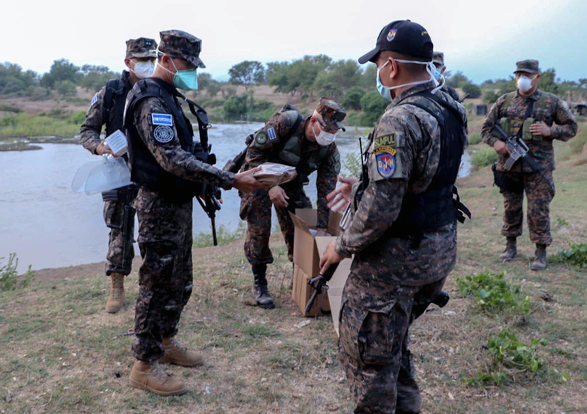 As tropas salvadorenhas recebem MRE e outros produtos essenciais durante a pandemia da COVID-19. (Foto: Ministério da Defesa de El Salvador)