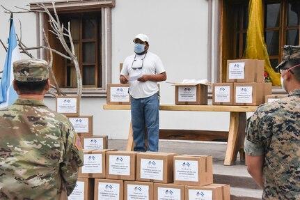 La Fuerza de Tarea Conjunta-Bravo donó equipo de protección personal y medicamentos en Villa de San Antonio, La Paz, Lejamaní y Ajuterique, en Honduras, por medio del programa de Asistencia Humanitaria del Comando Sur; el 11 de agosto del 2020. (Photo: Maria Pinel/JTF-Bravo)