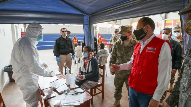 El ministro de Defensa del Perú Walter Matos, llegó a la región para supervisar el trabajo multidisciplinario en Cajamarca, San Ignacio y Jaén, el 30 de julio de 2020. Las Fuerzas Armadas trasladaron al departamento más de 11 toneladas de material e insumos médicos del Ministerio de Salud y EsSalud. (Photo: Ministerio de Defensa del Perú)