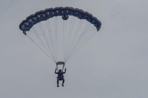 """Um membro da Equipe de Paraquedismo """"Gules Eagle"""" da Força Aérea da Colômbia realiza um salto no Aeroporto Internacional José María Córdova, em Rionegro, Colômbia, durante a F-AIR Colômbia 2017. (Foto: Cabo da Guarda Nacional Aérea da Carolina do Sul Megan Floyd)"""