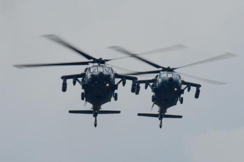 Helicópteros UH-60 Blackhawk da Força Aérea da Colômbia participam da F-AIR Colômbia 2017 no Aeroporto Internacional José María Córdova, em Rionegro, Colômbia. (Foto: Cabo da Guarda Nacional Aérea da Carolina do Sul Megan Floyd)